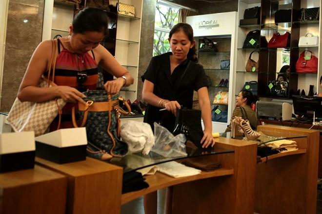Nữ doanh nhân Sài Gòn xả hơn 100 món hàng hiệu