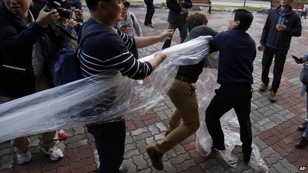 Dân Hàn Quốc thả bóng bay chỉ trích Kim Jong Un