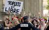 Xem cảnh sát Paris lùa bắt nhiều thiếu nữ ngực trần