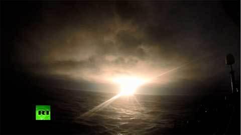 Tàu ngầm hạt nhân Nga phóng tên lửa giữa biển