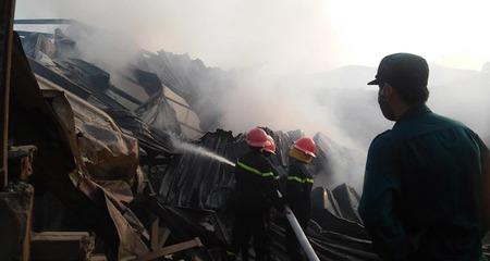 Hà Nội: Cháy lớn tại xưởng gỗ rộng hàng nghìn mét