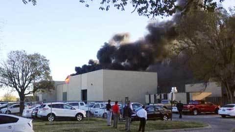 Máy bay đâm vào tòa nhà ở Mỹ