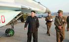 Kim Jong Un tập tễnh đi thị sát máy bay