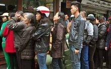 Xếp hàng chờ một miếng ngon: Hà Nội ăn không được vội!