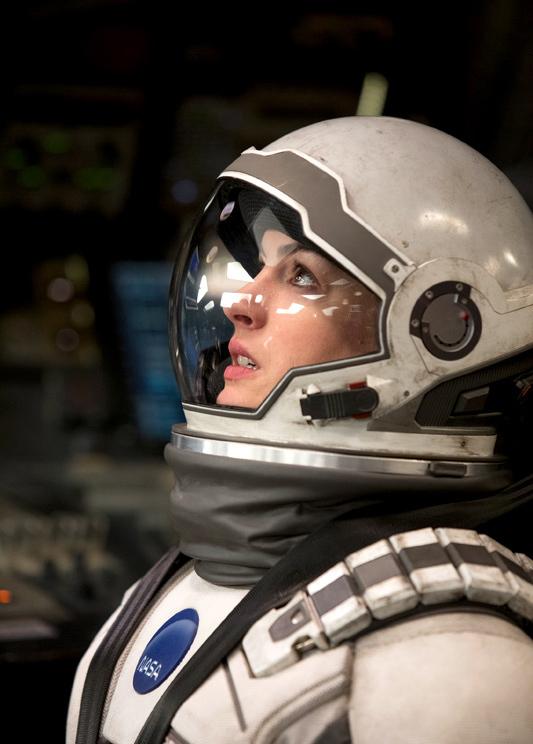 Anne Hathaway lần đầu bay vào vũ trụ