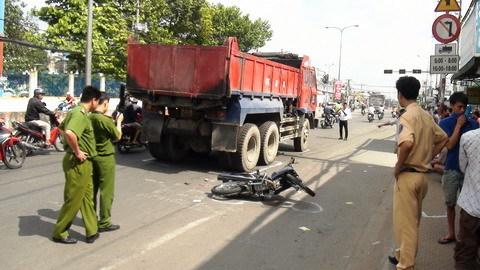 Thêm một thai phụ bị xe ben đâm văng xuống đường