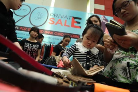 Phát hãi: Chen lấn ăn miễn phí, mua giảm giá