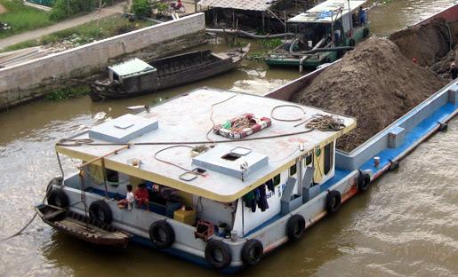 Sà lan quá tải tự do đi lại trên sông