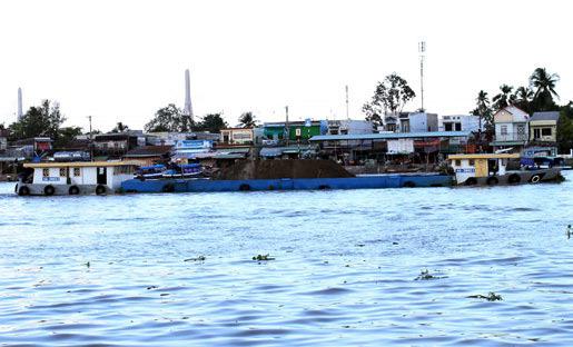sông Hậu; sông Cần Thơ; sà lan; quá tải; CSGT