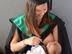 Ảnh sinh viên cho con bú trong lễ tốt nghiệp gây sốt