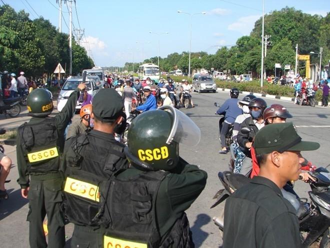 CSCĐ dàn hàng ngang bảo vệ du khách rời Đại Nam