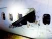 Máy bay nổ lốp, cánh quạt chọc thủng cửa sổ