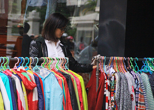 Đầu đông: Chị em rủ nhau 'săn' quần áo giảm giá