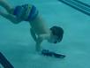 Bé 3 tuổi lặn xuống đáy hồ bơi lấy đồ chơi