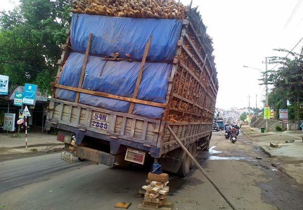 Xe tải gãy nhíp, sập cầu giữa trung tâm thành phố