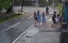 10 clip 'nóng': Đè thiếu nữ xuống đường cướp smartphone