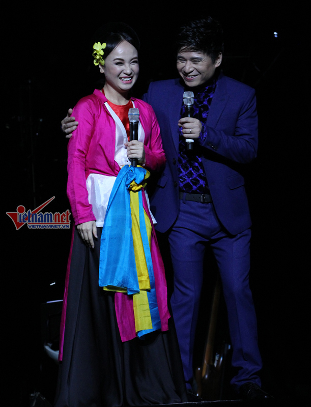 Tấn Minh hát chèo, hôn vợ trên sân khấu