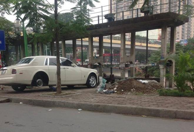 Rolls-Royce Phantom thay lốp trên vỉa hè Hà Nội
