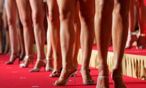 Kinh doanh chân dài-cuộc chiến các 'tú ông' showbiz Việt