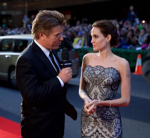 Angelina Jolie chụp ảnh 'tự sướng' với fan