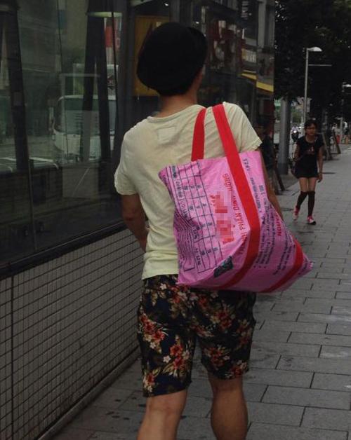 Bao tải cám lợn Việt Nam, thời trang 'hàng hot' tại Nhật