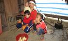 Xót cảnh ba đứa trẻ mồ côi cha ăn sắn luộc trừ bữa