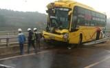 Xe giường nằm đâm lật xe tải trên cao tốc Nội Bài- Lào Cai
