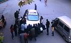 Nhấc bổng ô tô cứu nạn nhân dưới gầm