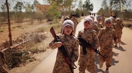 Hình ảnh ớn lạnh lính trẻ em IS tập bắn AK47