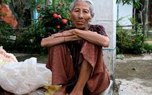 """Bà lão 85 tuổi gồng mình """"gánh"""" sự sống cho con cháu"""