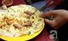 Phố bán 'pizza kiểu Việt' thu nhập tiền triệu mỗi đêm ở Sài Gòn