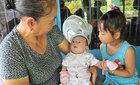 Gia đình mừng đầy tháng cho cháu bé bị văng khỏi bụng mẹ