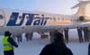 Xem hành khách đẩy máy bay ra đường băng