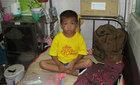 Nỗi buồn của cậu bé ung thư mồ côi mẹ