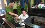Người đàn ông ngồi xe lăn hầu tòa tội giết người