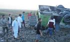 Xe chở 35 người đi đám cưới lật ngửa dưới ruộng