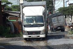 Né trạm thu phí, xe tải 'quần nát' đường dân sinh
