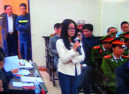 Vợ 'bầu Kiên' bật khóc tại tòa