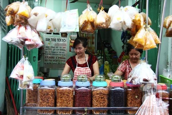 """Muôn kiểu hút khách của """"phố bánh tráng trộn"""" Sài Gòn"""