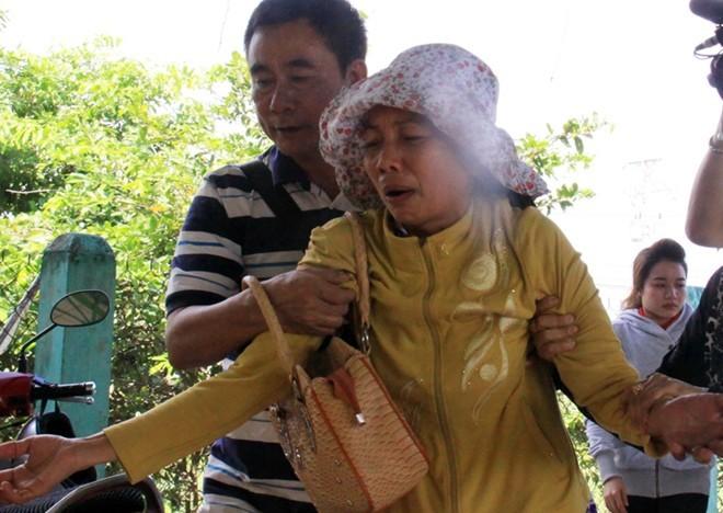 Mẹ Hồ Duy Hải ngất xỉu khi con được hoãn tiêm thuốc độc