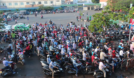 Hàng ngàn người ,chờ mua vé tàu Tết
