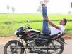Biểu diễn Yoga trên mô tô đang chạy vận tốc cao