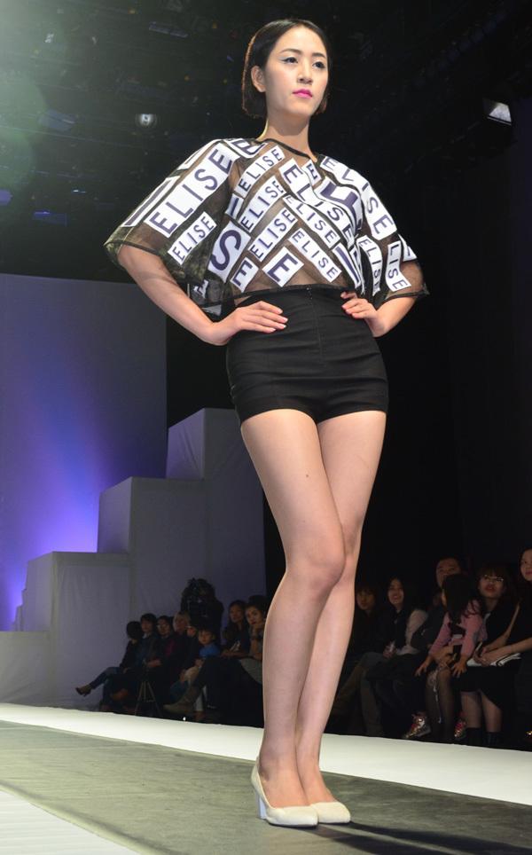 Hoa hậu Thùy Dung diện váy xẻ sexy