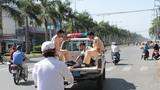 CSGT đưa người bị nạn vào viện cấp cứu