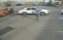 10 clip 'nóng': Lùi xe đâm 2 người rồi tháo chạy