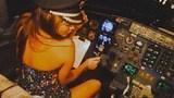 Mời ca sỹ ngồi vào ghế lái, cơ trưởng máy bay mất việc