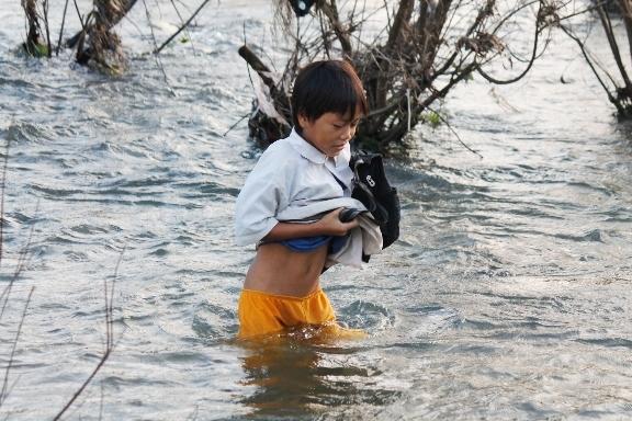 Cảnh khó tin: Trẻ em ngày ngày lội sông đi học