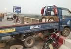 Bị xe tải đâm, người đi xe máy văng khỏi cầu Thanh Trì