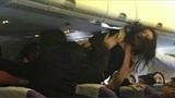 Con khóc, các mẹ 'choảng' nhau trên máy bay