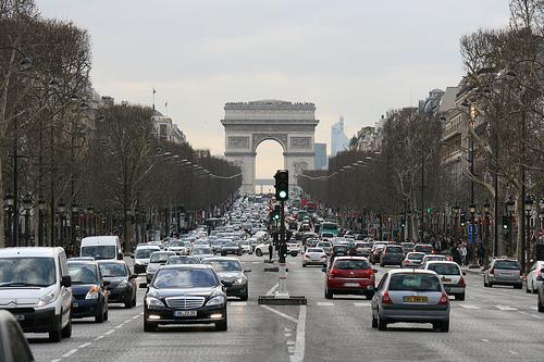 Pháp bắt lái xe đâm trọng thương nhiều người
